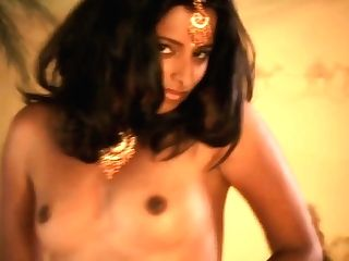 Bollywood Honey Loves To Expose Herself