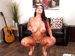 Tattooed Cougar With Brilliantly Shaped Bod Roxy R Performs Hot Taunting Movie